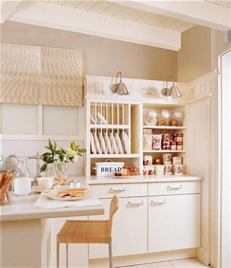 como organizar platos  vasos en los armarios de la cocina