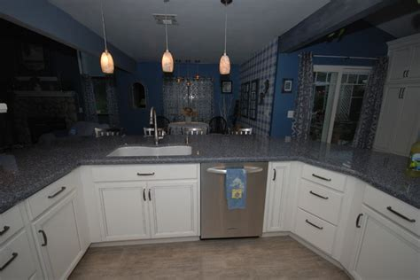 White/Parys   Traditional   Kitchen   other metro   by
