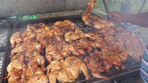 cuisiner au feu de bois poulet cuit au feu de bois photo de 11 novembre la