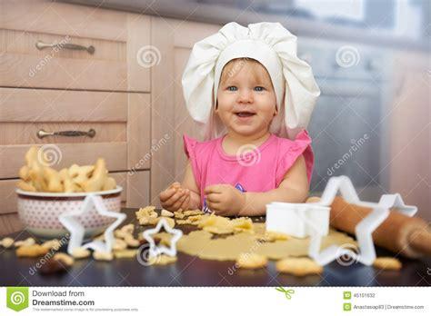 chef de cuisine marseille chef de petit enfant faisant cuire des biscuits dans la