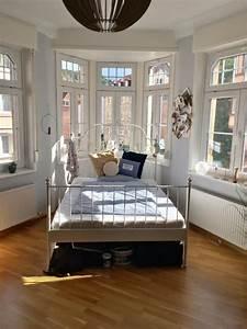 Wg Zimmer Einrichten : idee f r den schlafbereich im hellen erkerzimmer wg ~ Watch28wear.com Haus und Dekorationen