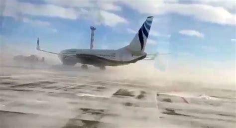 VIDEO: spēcīgai sniega vētrai Krievijā nespēj pretoties ...