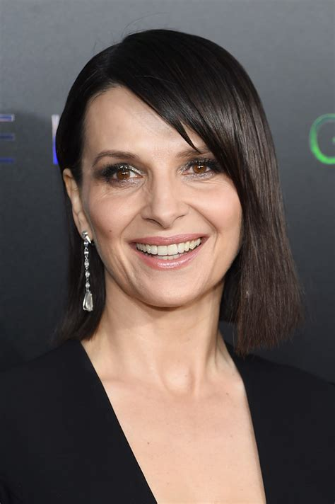 juliette binoche gorgeous short hairstyles  women   stylebistro
