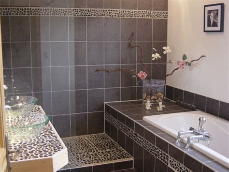 salle de bain galets idee deco salle de bain noir et gris