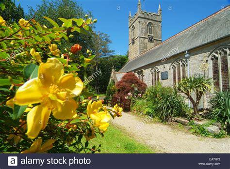 gelb blühender strauch au 223 enansicht des zennor kirche aus dem garten mit gelb