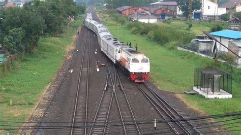 unik kereta api pindah jalur rel menuju stasiun kiara condong bandung view  flyover