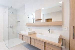 30 astuces pour reamenager la salle de bains a petit prix for Carrelage adhesif salle de bain avec barre de lumiere led