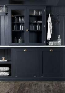 Zwarte keuken bovenkasten