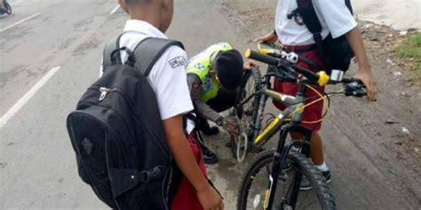 bantu anak sd perbaiki sepeda polisi ini panen pujian