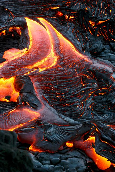 hawaiian lava daily the lava continues flowing down south
