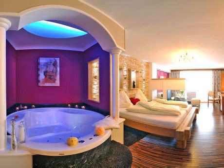 wellness mit whirlpool kamin whirlpool im zimmer hotel winzer kuscheltraum