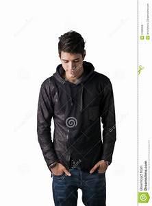 Hombre Joven Tímido Hermoso En La Situación Negra Del Suéter De La Sudadera Con Capucha Foto de