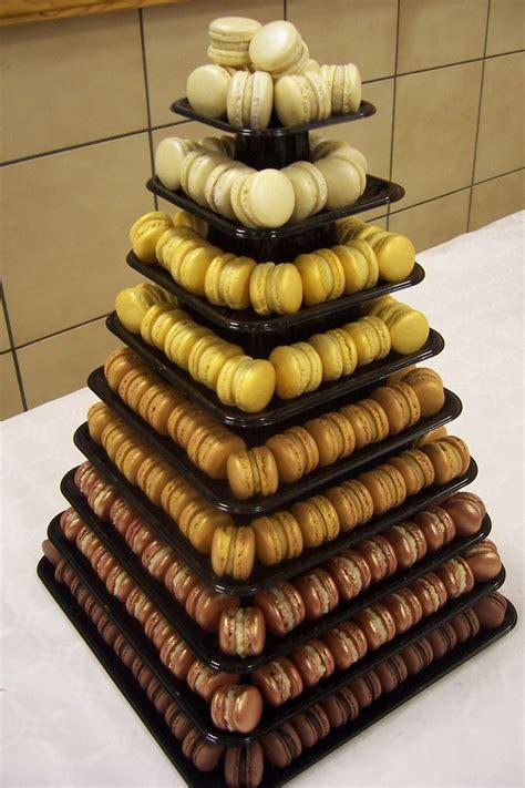 support montee macaron pi 232 ce mont 233 e en macarons pour mariage chocolat ivoire au beurre fondu