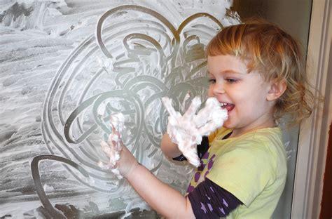 kinder malen und basteln malen mit rasierschaum