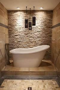 Freistehende Badewanne An Der Wand : freistehende badewanne und daneben wand mit nat rlichem kalkstein verkleidet fliesen bad ~ Bigdaddyawards.com Haus und Dekorationen