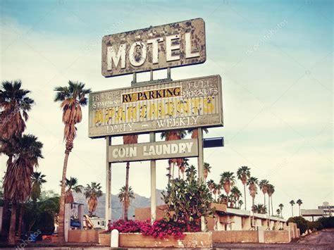 Vieille Enseigne De Motel Près De La Route 66, é.-u