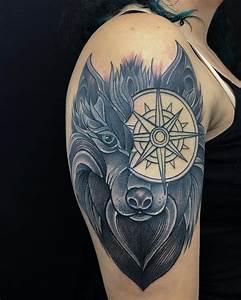 Kreuz Tattoo Oberarm : kompass tattoo bedeutung der motive bilder und coole designs ~ Frokenaadalensverden.com Haus und Dekorationen