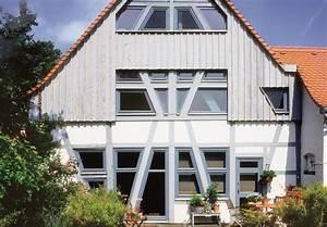 Hausfassade Neu Streichen : fachwerk in blau wei kolorat ~ Markanthonyermac.com Haus und Dekorationen