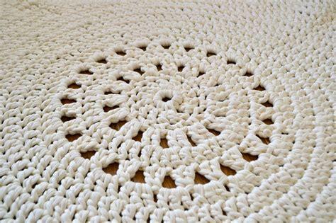 petit tapis rond au crochet avec le fil hooked zpaghetti les petites mailles de madame chouette