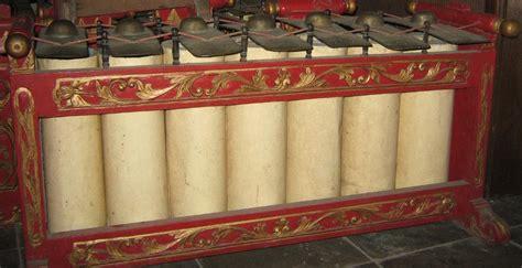 Alat musik jawa tengah lainnya yang termasuk salah satu alat musik gamelan ini memiliki bentuk menyerupai pisang atau sendok dengan tangkai di bagian ujung. 12 Alat Musik Tradisional Jawa Tengah yang Sering Digunakan untuk Gamelan | BukaReview