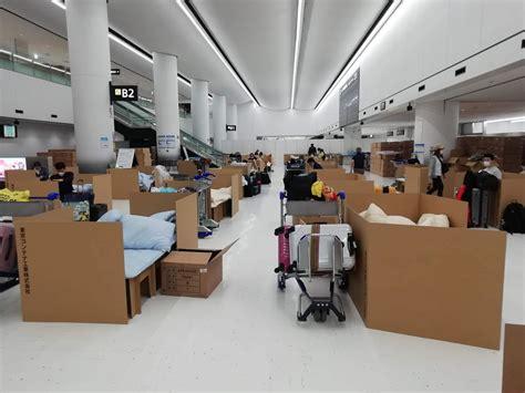 FOTO: Tokijas lidostā uzstādītas kartona gultas tiem, kuri gaida koronavīrusa testa rezultātus ...