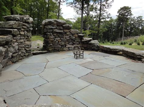 irregular flagstone patio irregular flagstone ginormous bluestone natural cleft finish paving pinterest patio