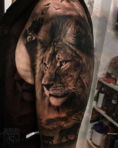 retrato de leon de estilo negro  gris situado en el brazo