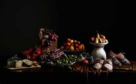 stilleben mit schuhen und essen womanat