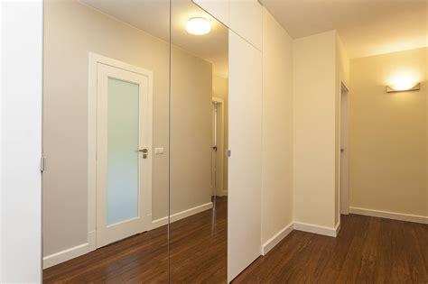 miroir a coller sur porte de placard poser un miroir sur une porte de placard pratique fr