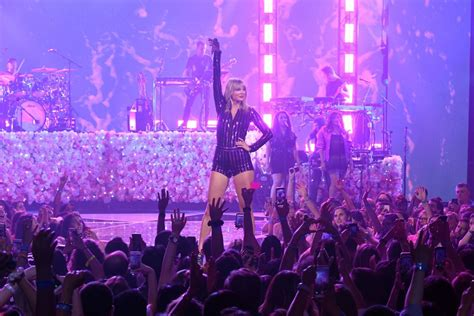 taylor swift performs   york