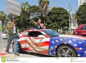 les gens tenant le signe a cote d39une voiture peinte dans With decote d une voiture