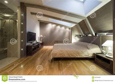 chambre grenier chambre à coucher de grenier avec la salle de bains privée