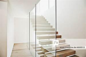 Wohnung Mit Treppe : freitragende treppe und glaswand in modernem haus innenansicht moderne wohnung zu hause ~ Bigdaddyawards.com Haus und Dekorationen