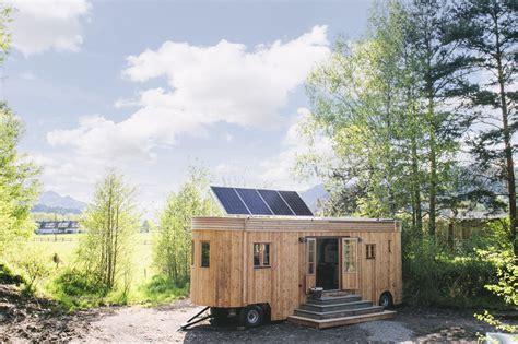 Minihaus Leben Im Wohnwagon by Nat 252 Rlich Und Autark Leben Im Tiny House Wohnwagon