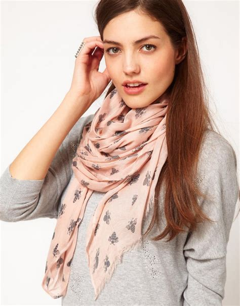 comment porter et nouer un foulard autour du cou