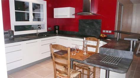 plan table de cuisine une cuisine modernisée grâce à un ensemble de meubles sur