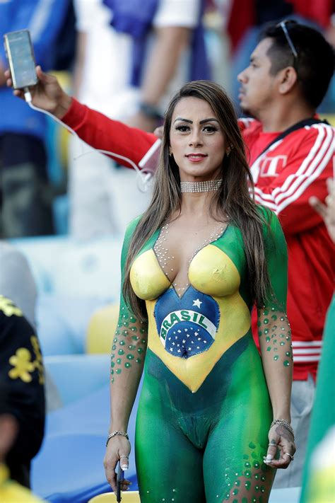 copa america brasil  una modelo desnuda pintada