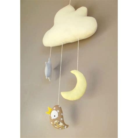 chambre bébé lune mobile fait oiseau étoile suspendus à un nuage