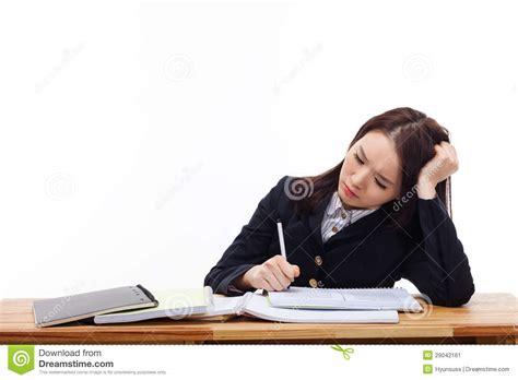 sur le bureau étudiant asiatique ayant l 39 ennui sur le bureau