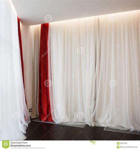 fen 234 tre de salon avec les rideaux rouges image stock