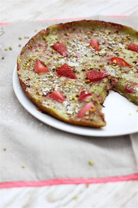Clafoutis à la poêle aux pistaches et fraises Régal