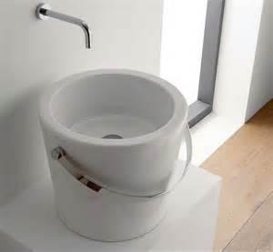 design wasserhahn waschtisch rund mit unterschrank für kleine badezimmer mit edelstahl griff türschrank im