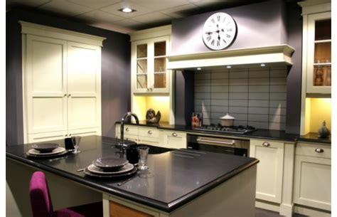 plan de cuisine avec ilot modèle cottage en chêne laqué ivoire finition usée cuisines traditionnelles argoat cuisines