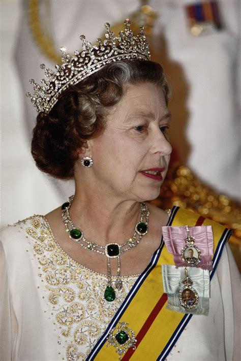 queen elizabeths  beautiful jewels pictures