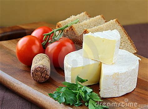 fromage a pate molle enceinte fromage 224 p 226 te molle d 233 picerie avec du tomates image stock image 18173791