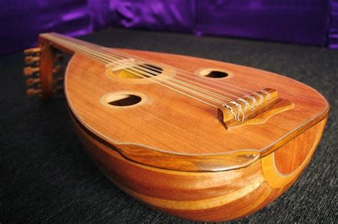 Sebagai alat musik, ukulele dikenal lebih mudah dimainkan dengan suaranya yang tak kalah merdu daripada gitar. Mengenal Alat-Alat Musik Khas Palembang | infopalembang.id