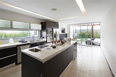comedor cocina estilo moderno color beige blanco gris
