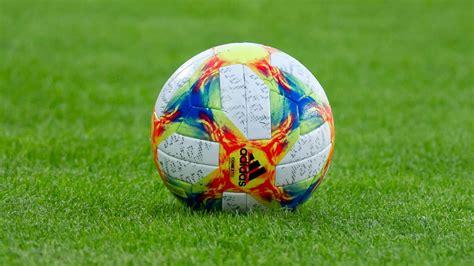 Fußball m (genitive fußballs or fußballes, plural fußbälle). Frauenfußball-WM 2019: Modus, Teams, Stadien und mehr ...