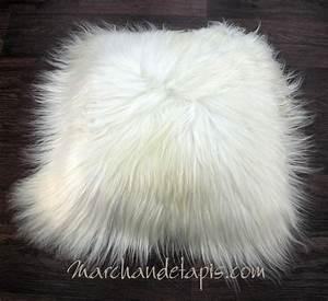 Coussin Fourrure Blanc : coussin peau de mouton blanc poils longs marchand de tapis spcialiste du coussin peau de mouton ~ Teatrodelosmanantiales.com Idées de Décoration