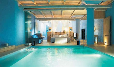 chambre piscine des suites avec piscine intérieure extérieure invitant